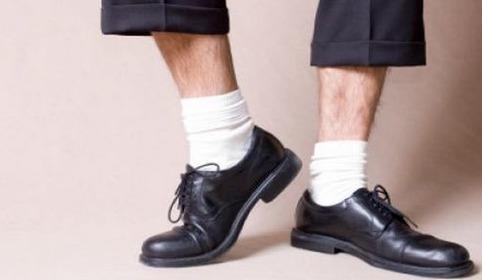 Черные брюки, белые носки